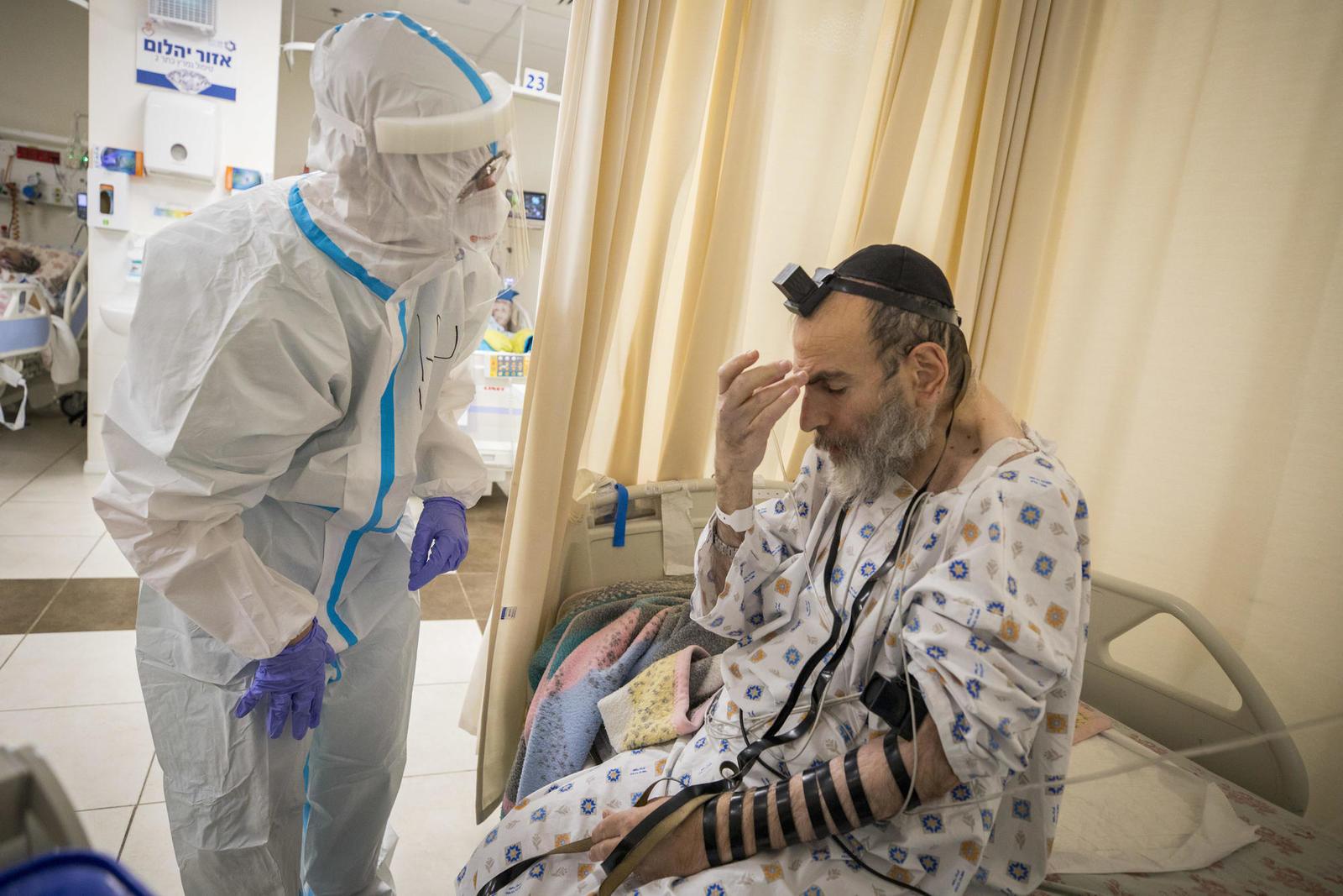 в коронавирусном отделении больницы «Шаарей Цедек»