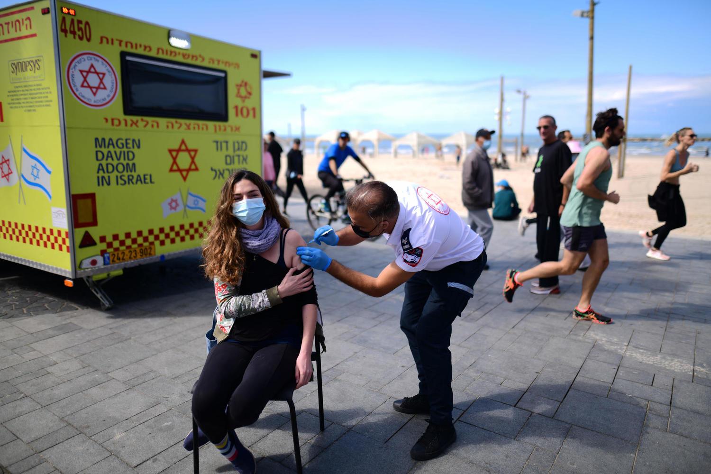 мобильный пункт вакцинации на тель-авивской набережной