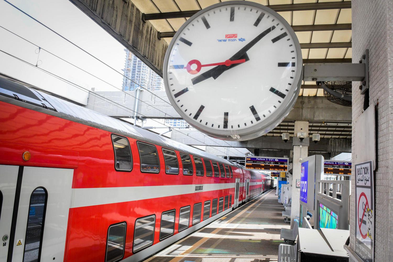 Поезд сбил человека на станции в Нетании