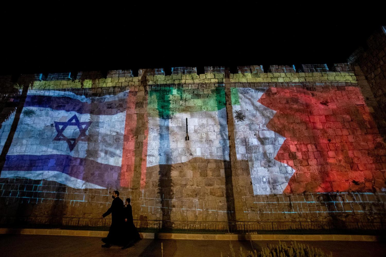 флаги Израиля, ОАЭ и Бахрейна на стене Старого города Иерусалима.