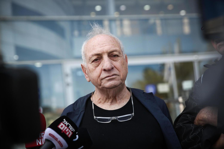 Давид Арци у входа в тель-авивское отделение полиции
