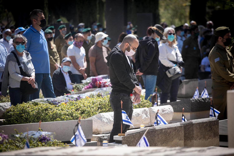 Кто отметил День поминовения вандализмом на военных кладбищах?