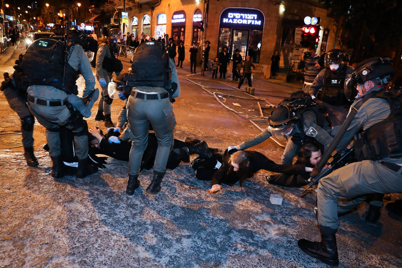 В Меа-Шеарим заперли полицейских и забросали камнями