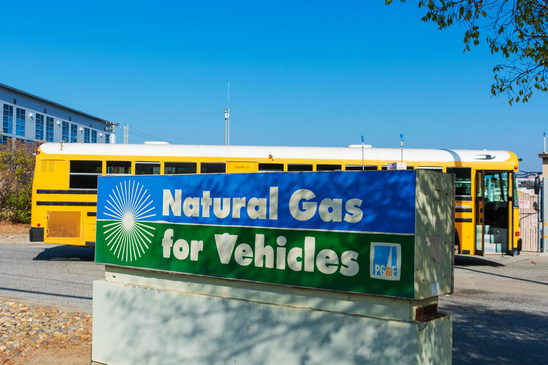 заправка автобуса газом, США