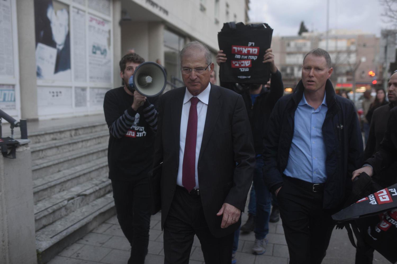 Давид Шимрон, преследуемый участниками демонстрации