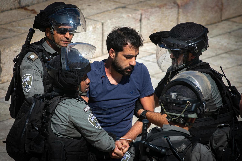 иллюстрация: арест участника арабских беспорядков