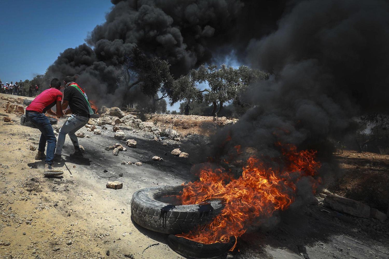 палестинские демонстранты жгут покрышки у форпоста Авитар