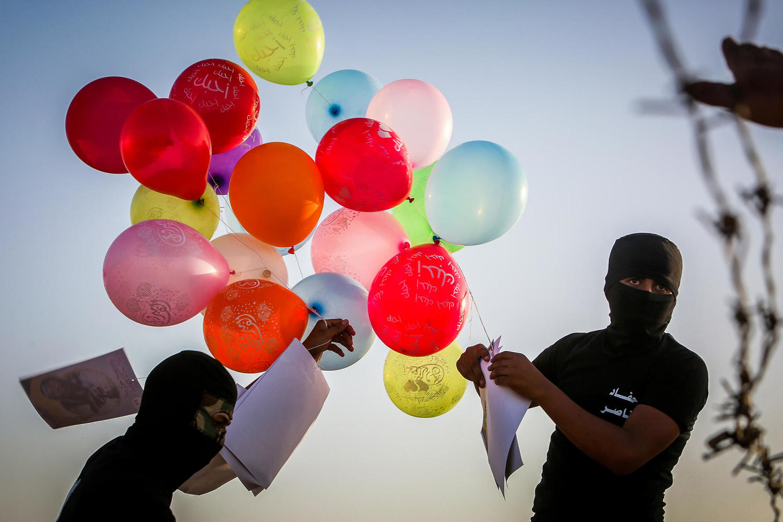 Палестинцы запускают горючие шары
