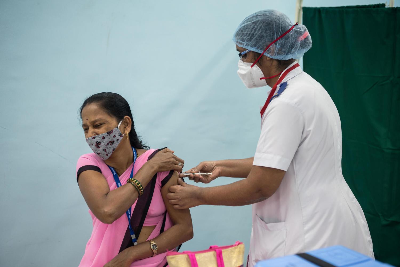 Тысячи человек в Индии получили поддельную вакцину