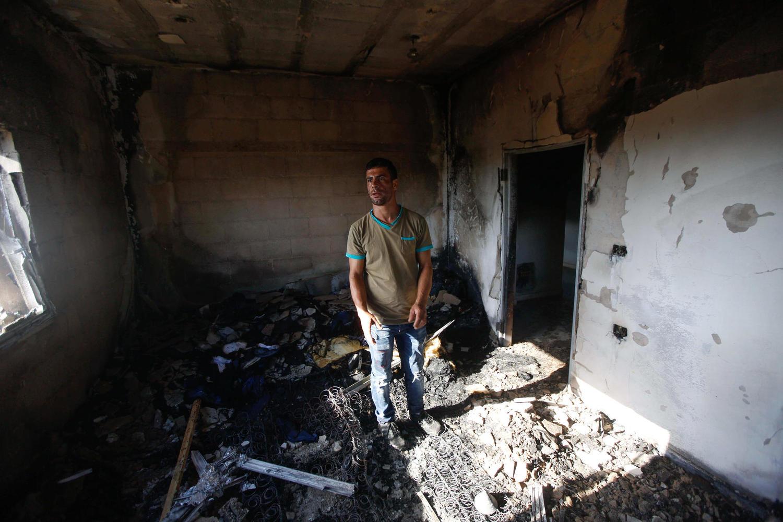 Сожженный дом в деревне Дума.