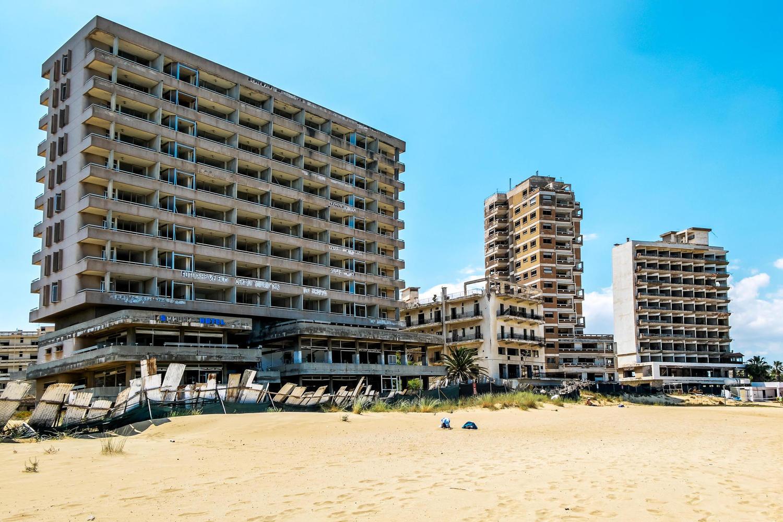 Заброшенные пляжи Вароши.