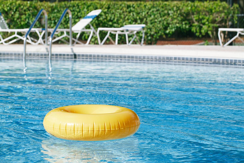 Надувной круг в бассейне