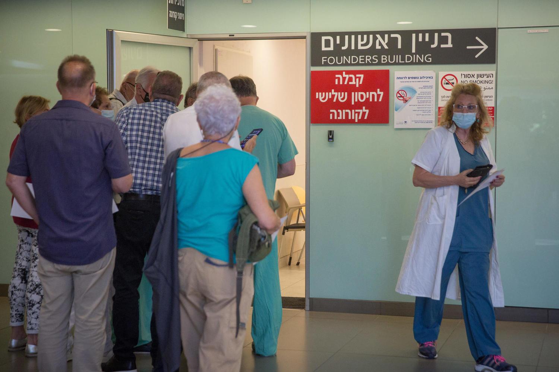очередь на третью дозу вакцины в больнице «Ихилов»