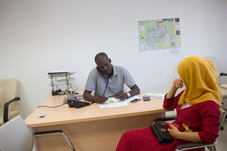 Пособий по безработице платят меньше, но на работу израильтяне не спешат