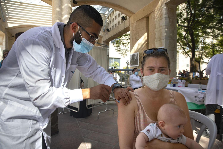 С 1 октября не сделавшие третью прививку будут считаться невакцинированными