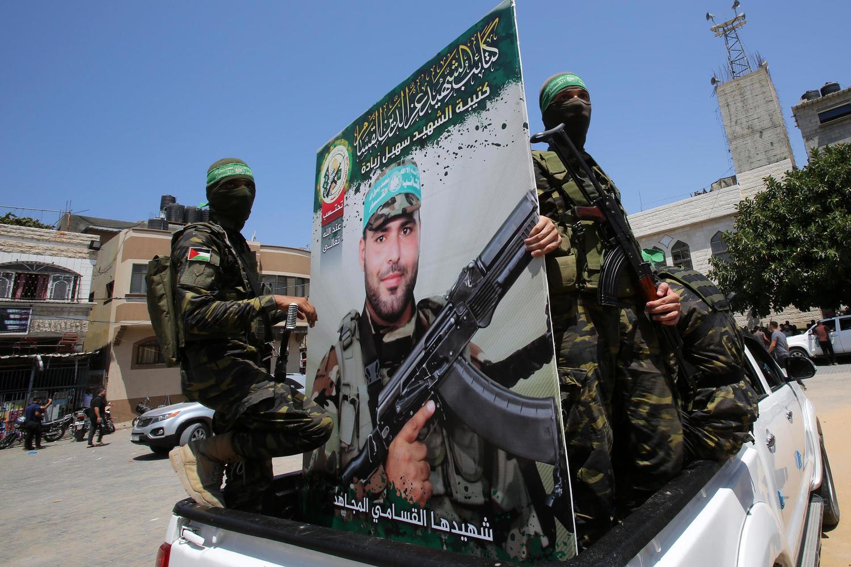боевики «Бригад Изеддина аль-Кассама» с портретом «мученика»