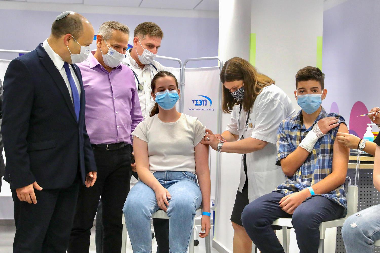 премьер-министр Беннет и министр здравоохранения Горовиц в центре вакцинации «Маккаби»