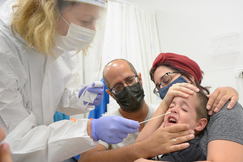 Переболевших коронавирусом детей освободили от тестирования перед возвращением за парты