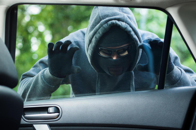Угонщик из Лода проехал несколько сотен метров с владельцем машины на капоте