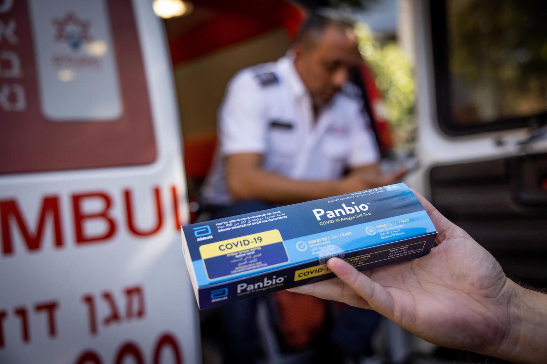 раздача быстрых тестов родителям школьников на улице Яффо в Иерусалиме