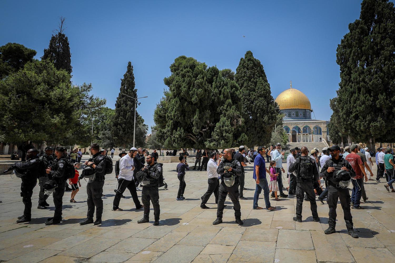 группа религиозных евреев под охраной полиции на Храмовой горе