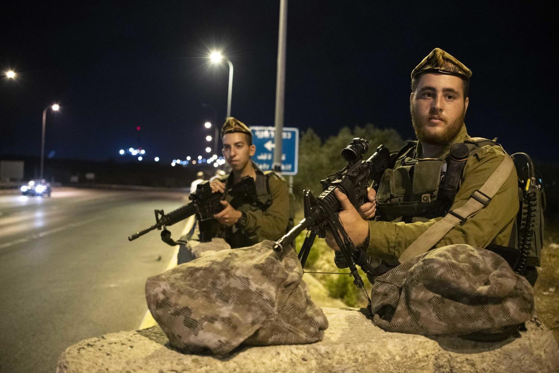 Бойцы ЦАХАЛ возле въезда в поселение Карней Шомрон в Самарии