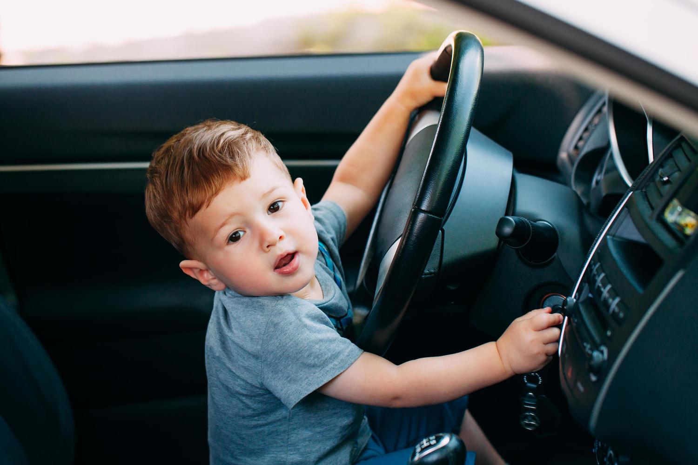 В Беэр-Шеве мать усадила за руль автомобиля 2-летнего ребенка