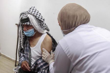 Палестинцы отказались от израильской вакцины: «она уже просрочена»