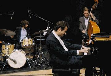 גיא מינטוס טריו Plays בטהובן